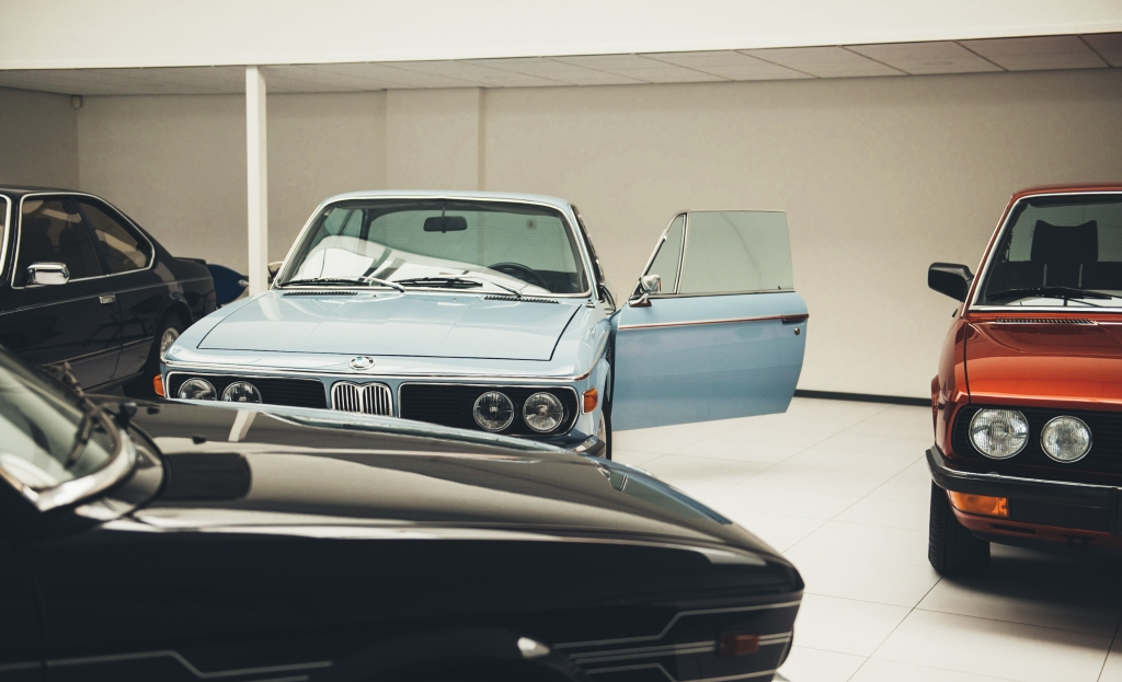 bmw oldtimer in showroom